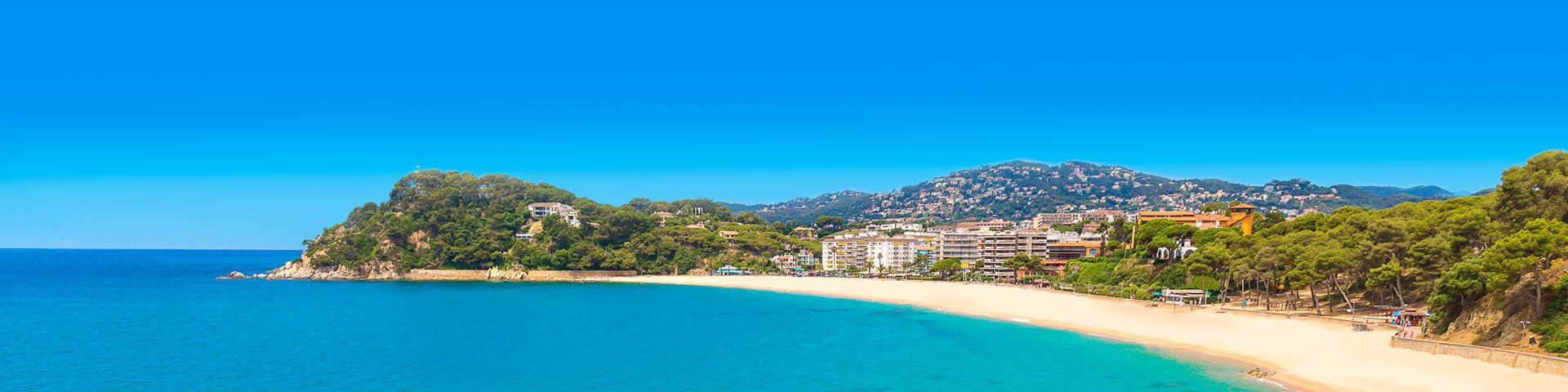 Uitzicht vanaf zee op het strand en Lloret de Mar