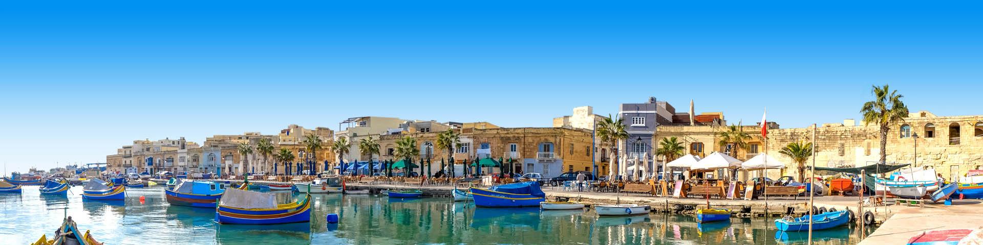 Bootjes in de gezellige haven van Malta met boulevard