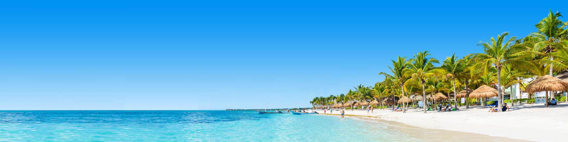 Kustlijn met helderblauwe zee en parelwit zandstrand in Mexico