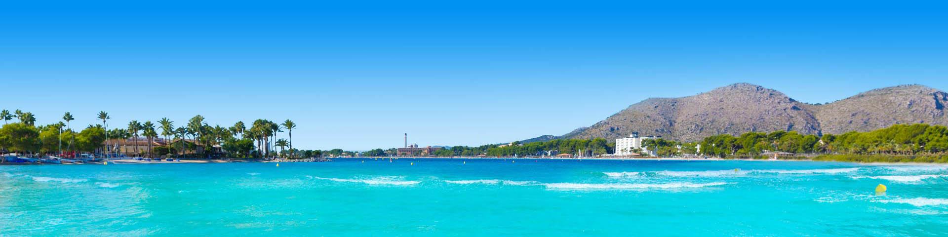 Blauwe zee met bergen op de achtergrond in Spanje