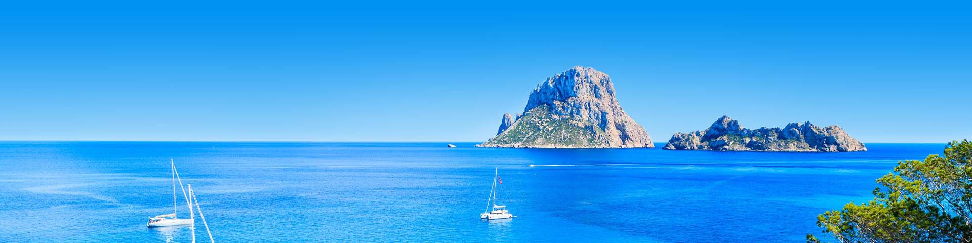 Rotsen en bootjes in de zee bij Ibiza