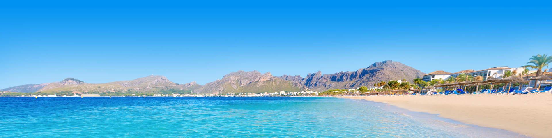 Kraakheldere zee aan het strand met heuvels op het Spaanse eiland Mallorca