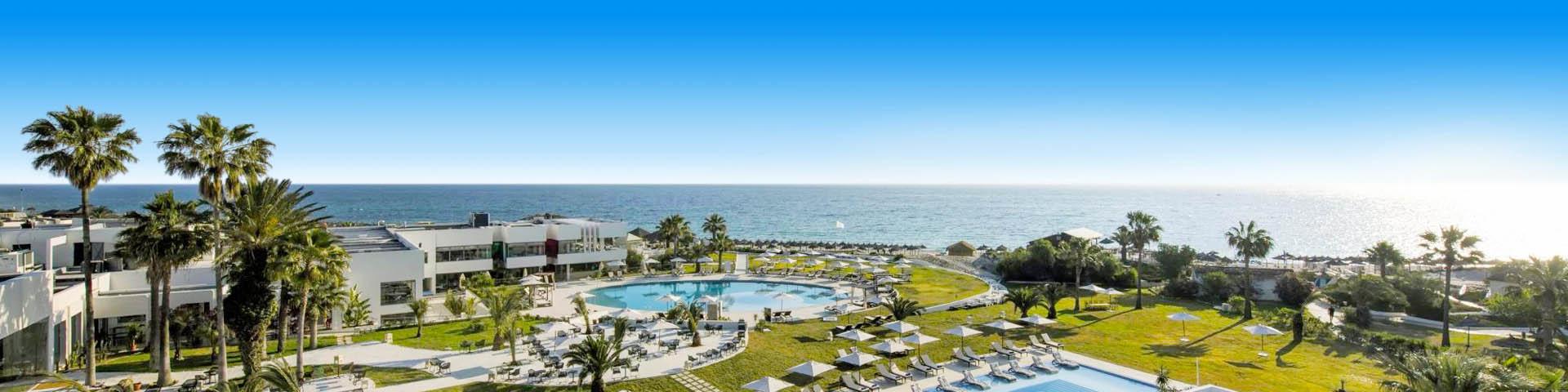 Hotel met grote groene ligweide en zwembad in Tunesië