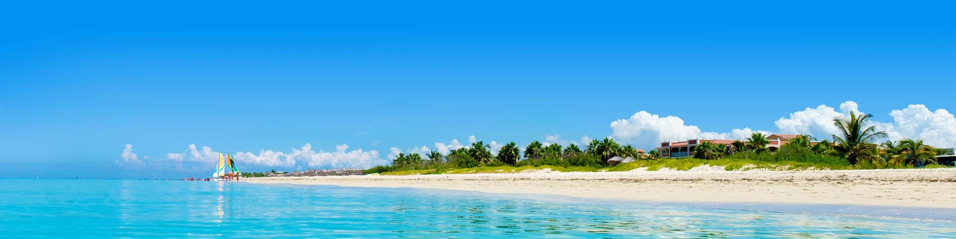 Schitterend wit zandstrand met tropisch regenwoud op de achtergrond aan de kust van Varadero in Cuba