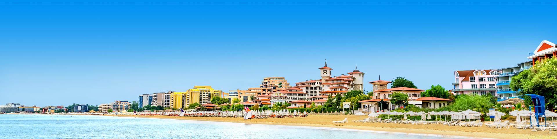 Uitzicht over het strand aan de Zwarte Zeekust met ligbedjes en gebouwen