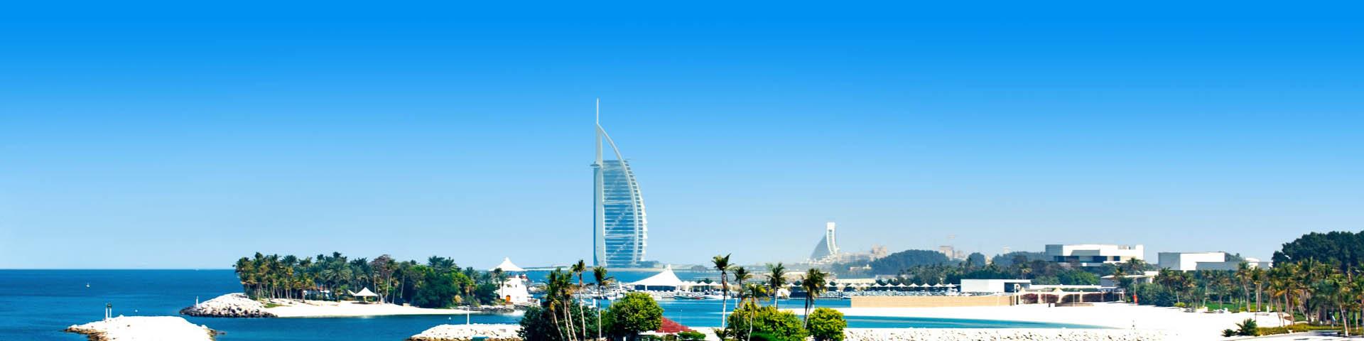 Uitzicht over Dubai met de Burj al Arab op de achtergrond