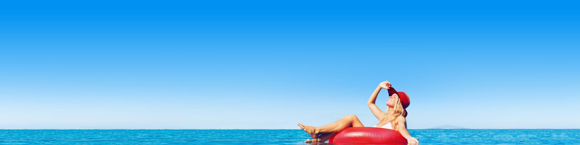 Meisje in zwemband in het zwembad