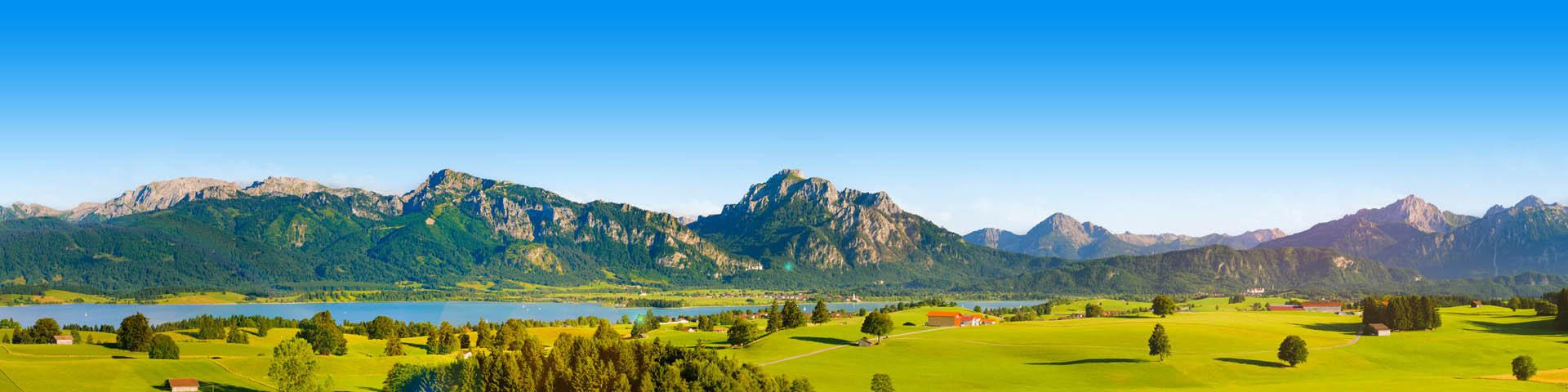 Groen landschap met uitzicht op bergen in Duitsland.