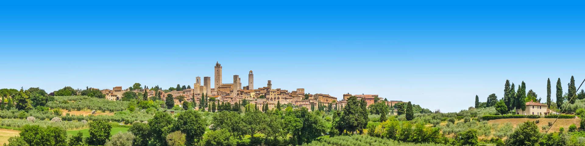 Italiaans dorpje op een groen landschap.