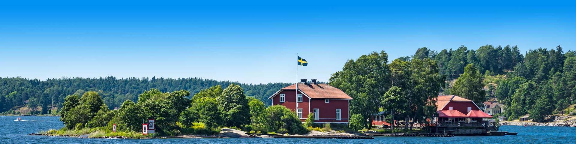 Zweeds huisje met uitzicht op het meer en groene bergen