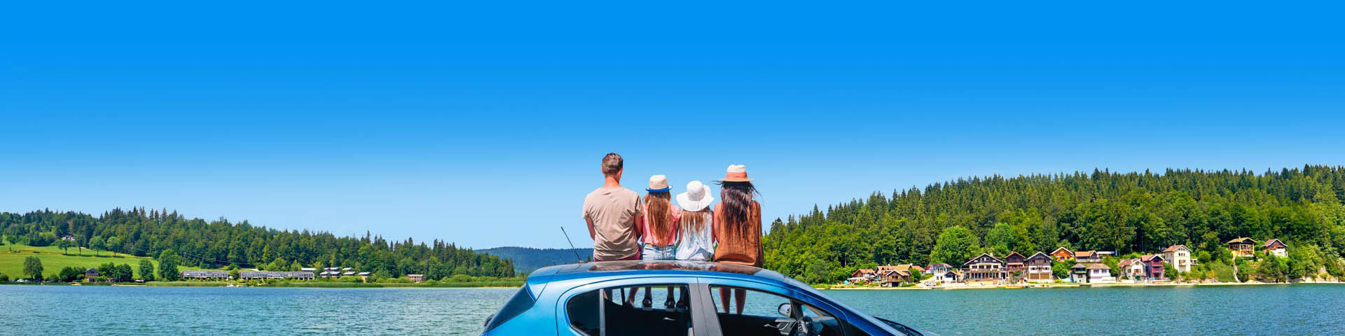 Gezin zitten op de auto kijkend naar mooie natuur tijdens hun autovakantie