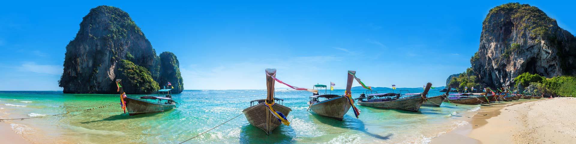 Houten Kano's in azuurblauwe zee in Azië