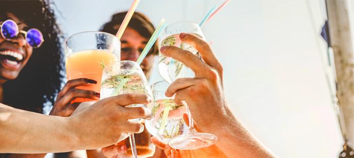 Proosten met alcoholische drankjes op vriendenvakantie
