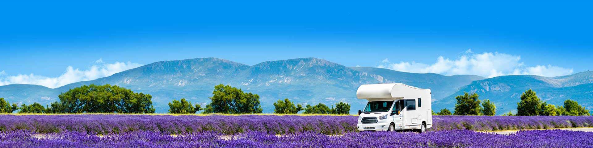 Een caravan in een prachtig natuurgebied tijdens een campingvakantie