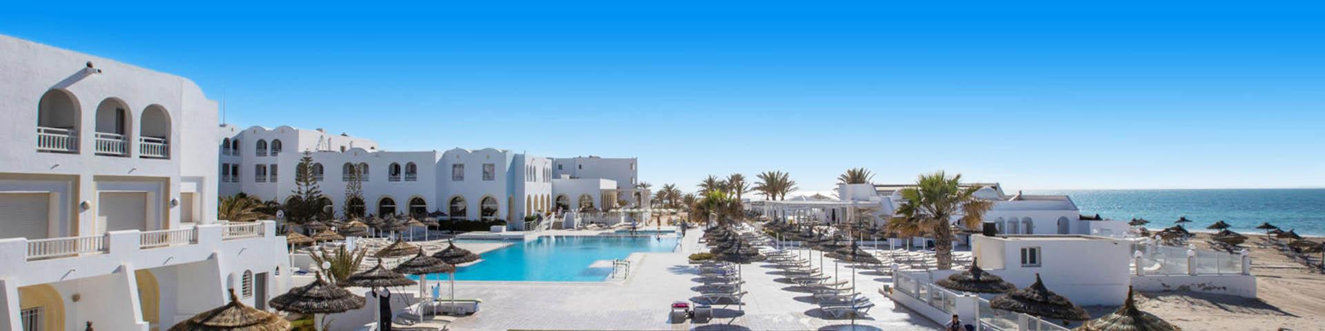 Een hotelgebouw van hotelketen Calimera met uitzicht op het zwembad