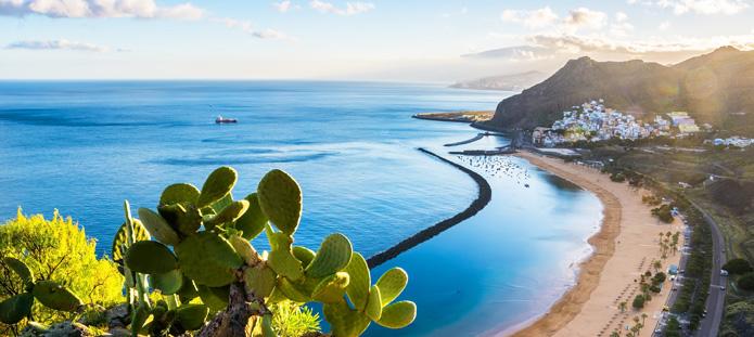 Uitzicht over een heerlijk strand gelegen in een baai op herfstvakantie