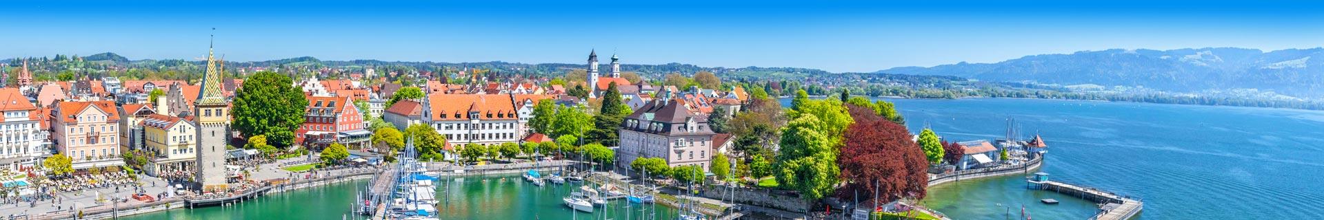 Prachtig uitzicht op een stad, haven en bergen in Duitsland