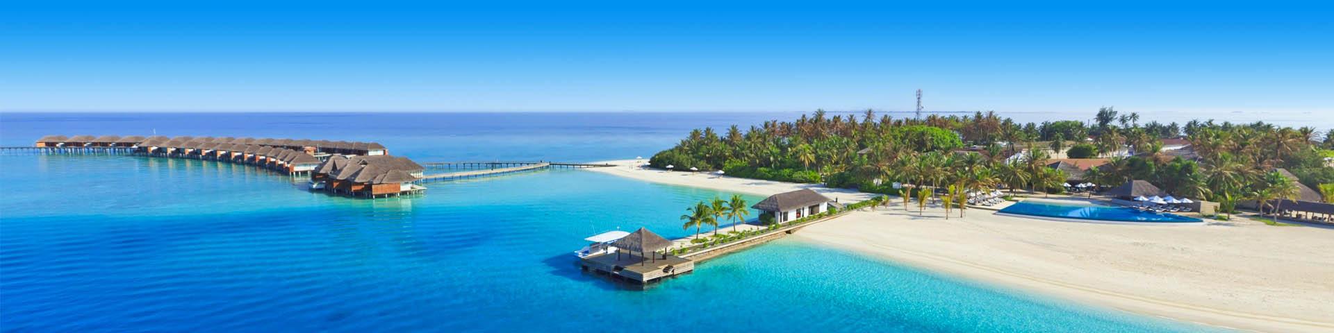 Strandresort op het strand omringd met blauwe zee