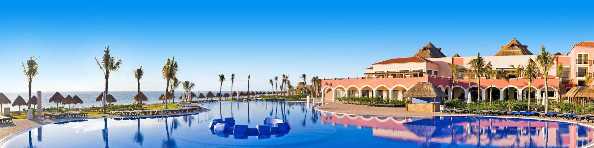 Uitzicht op het hotelgebouw van hotelketen H10, het zwembad en de zee
