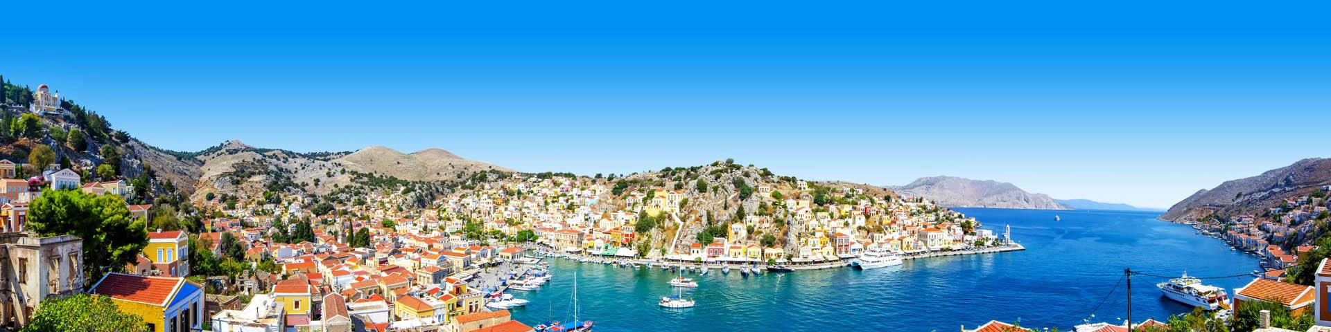 Prachtige baai in Griekenland met een kleine haventje met bootjes