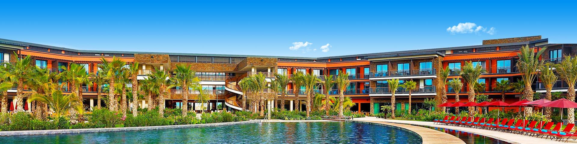 Hotel met ruim zwembad en zonneterras van de Hilton keten