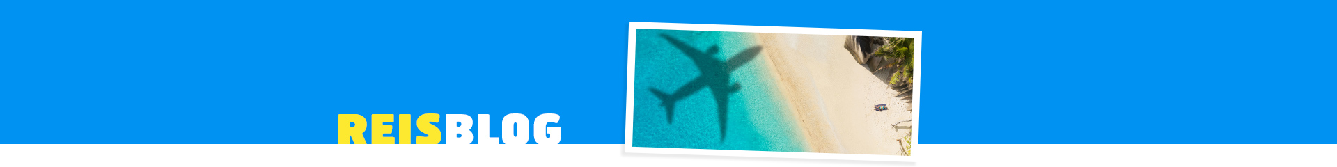 Schaduw van een vliegtuig in de zee en het strand.