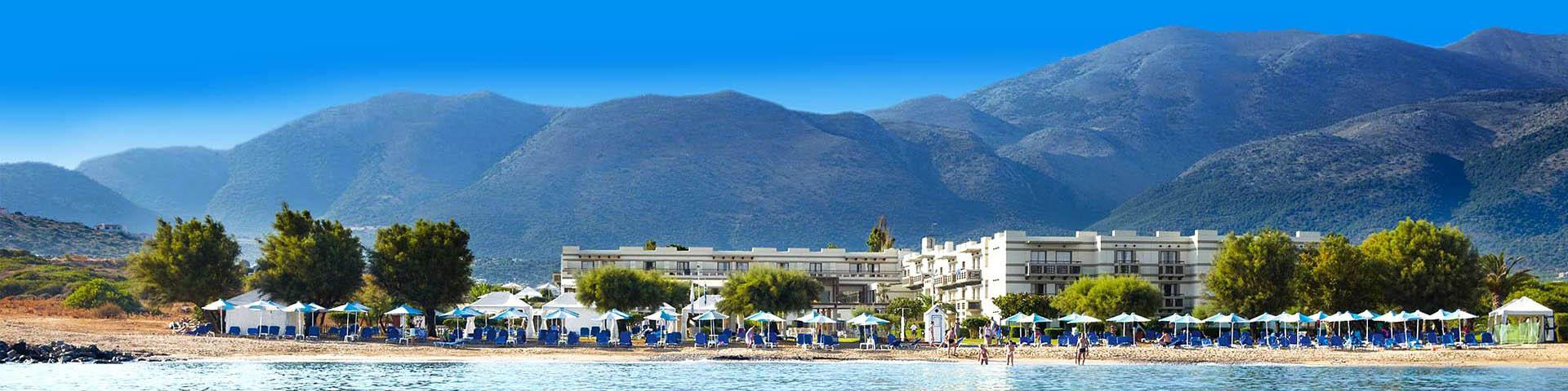 Hotel van LTI met zwembad en bergen op de achtergrond