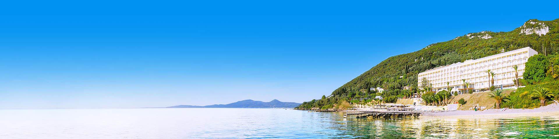 Primasol keten aan zee met groene bergen op de achtergrond