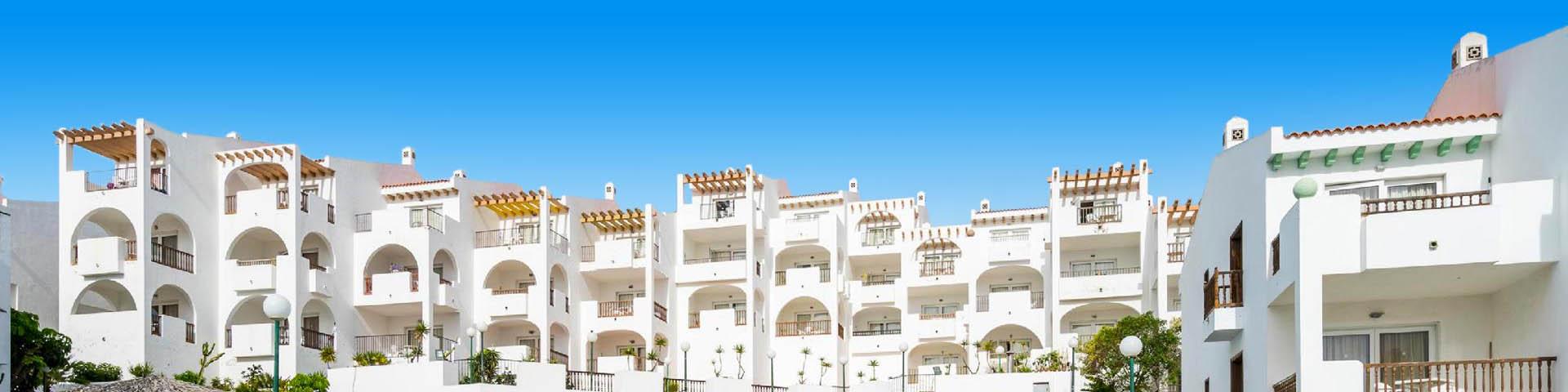 Uitzicht op het hotelgebouw van hotelketen Blue Sea en het zwembad