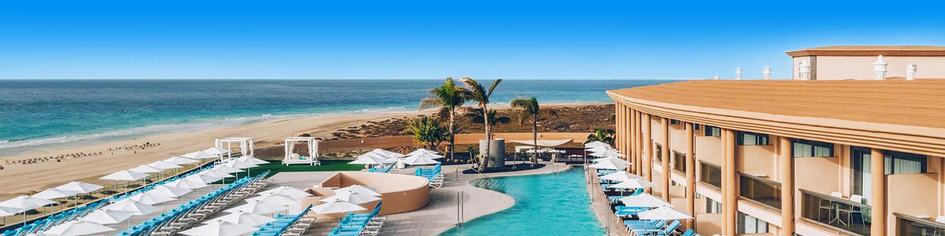 Uitzicht op de zee en het zwembad bij een Iberostar hotel