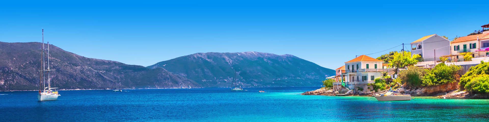 Blauwe zee met boten in Griekenland