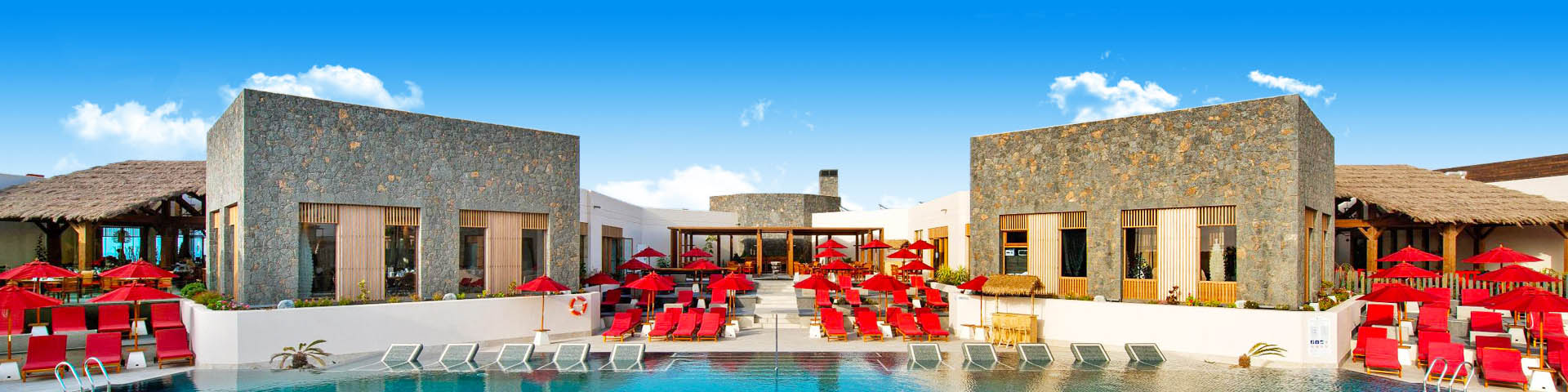 Uitzicht op een zwembad met ligbedden en parasols in een Pierre et Vacances hotel