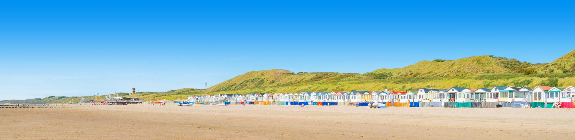 Gekleurde trandhuisjes op het strand in Nederland