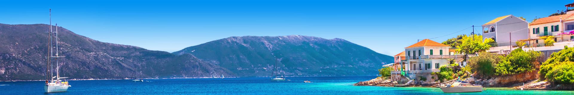 Blauwe zee met bergen aan de kust van Griekenland