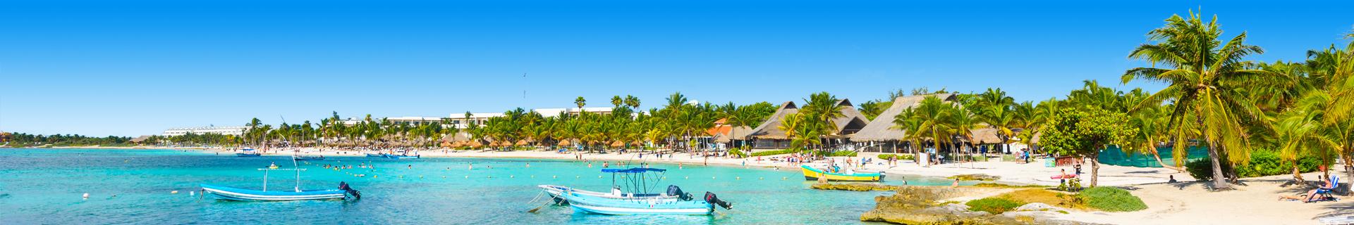 Blauwe zee met watervilla's en een man aan het paddleboarden
