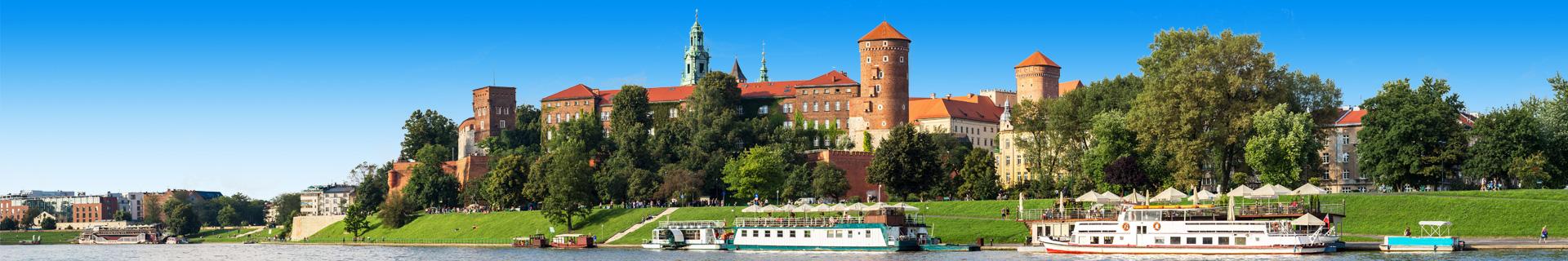 Uitzicht op gebouwen, een rivier en boot in Polen