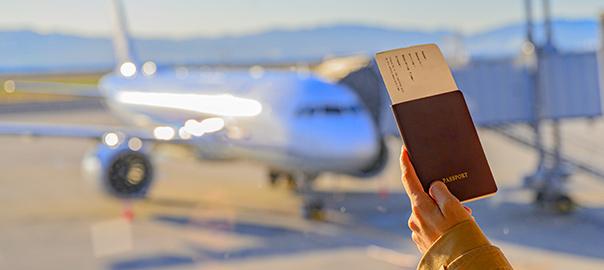 Paspoort op de luchthaven met vliegtuig op de achtergrond