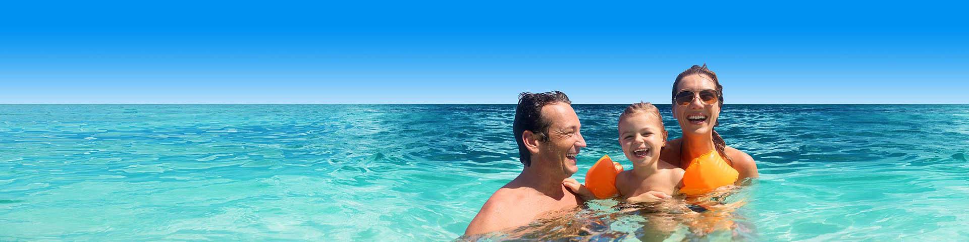 Gezin blij in de zee