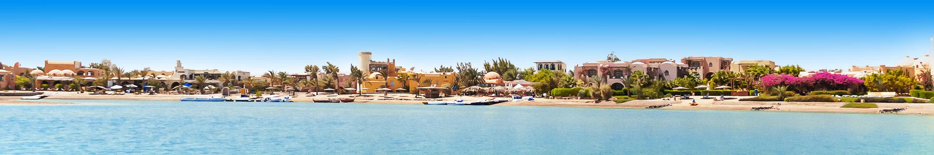 Uitzicht op de zee en huizen tijdens een vakantie in Egypte