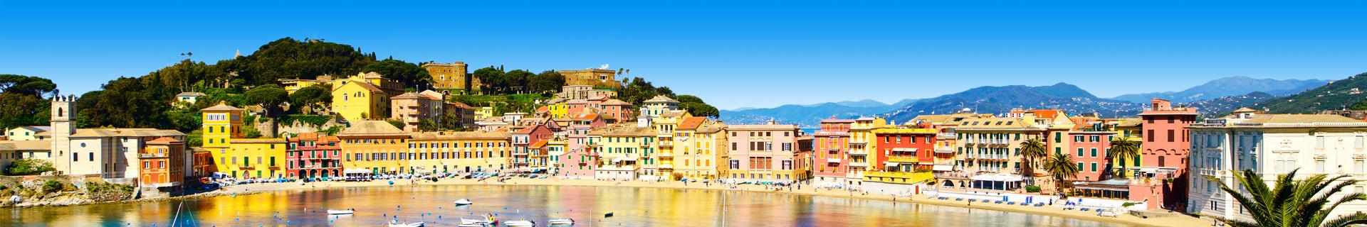 Uitzicht op de zee en een pittoresk stadje in Italië