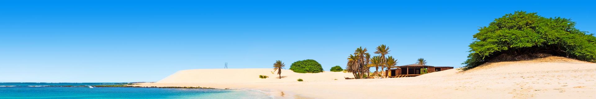 Foto van een wit zandstrand en een blauwe zee op de Kaapverdische Eilanden