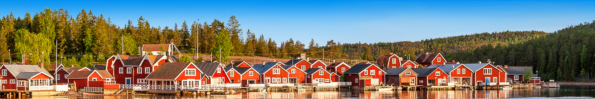 Uitzicht op een meer, huizen en natuur in Zweden