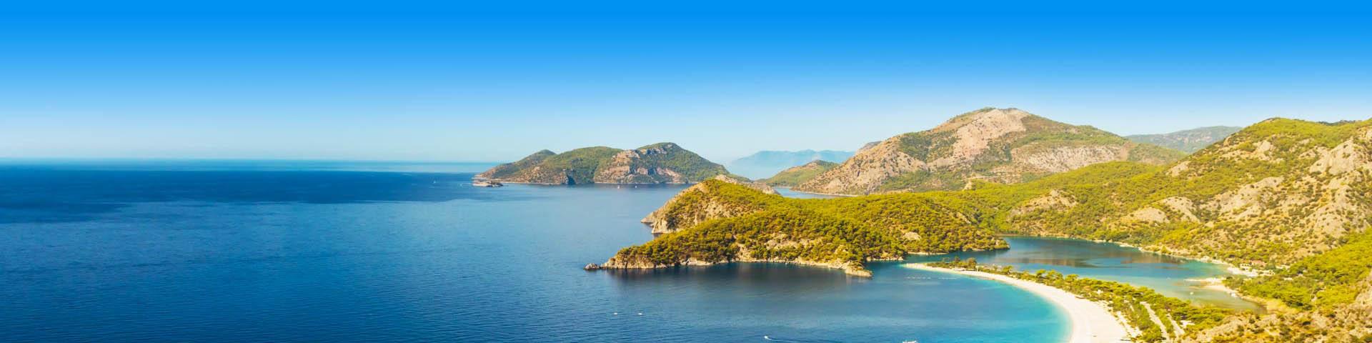 Groene kleine eilanden, in de Turkse Rivera. Met prachtig azuurblauwe zee en stranden