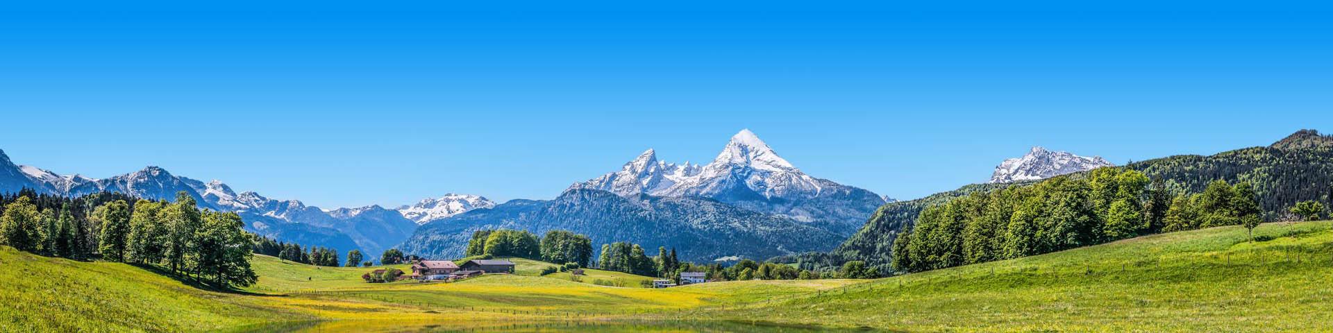 Goen landschap met besneeuwde bergen tijdens een zomervakantie in Duitsland