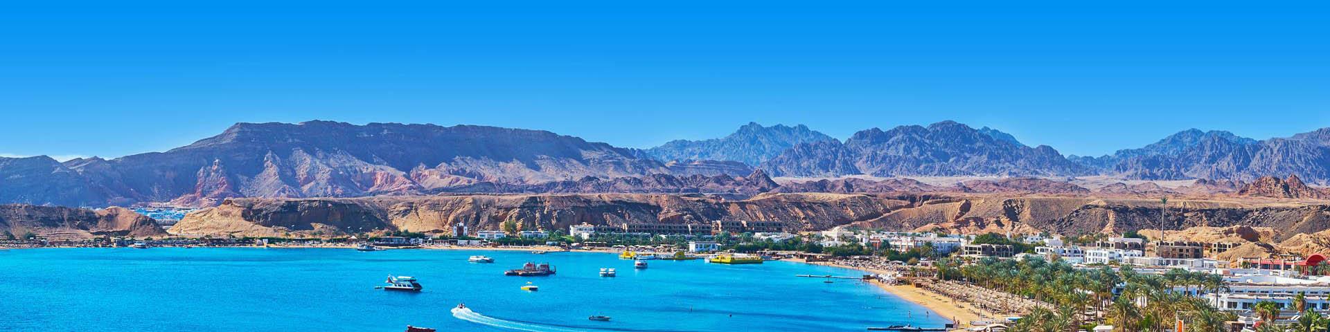 Kust van Egypte met uitzicht op landschap.