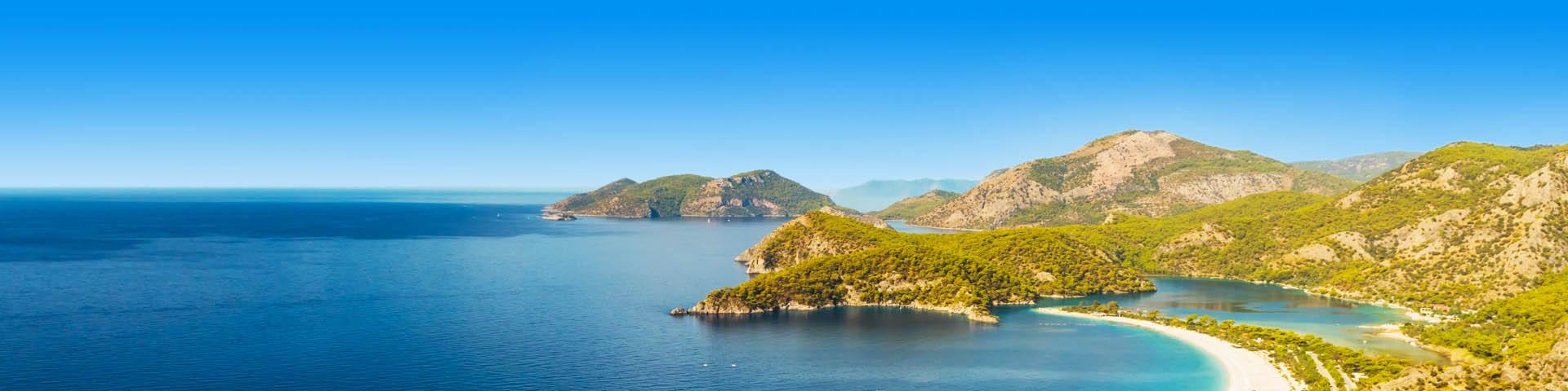 Panorama van zee en gebergte in Turkije