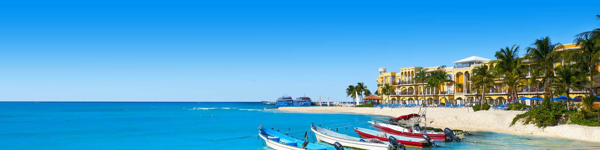 Bootjes in blauwe zee, met uitzicht op een wit strand