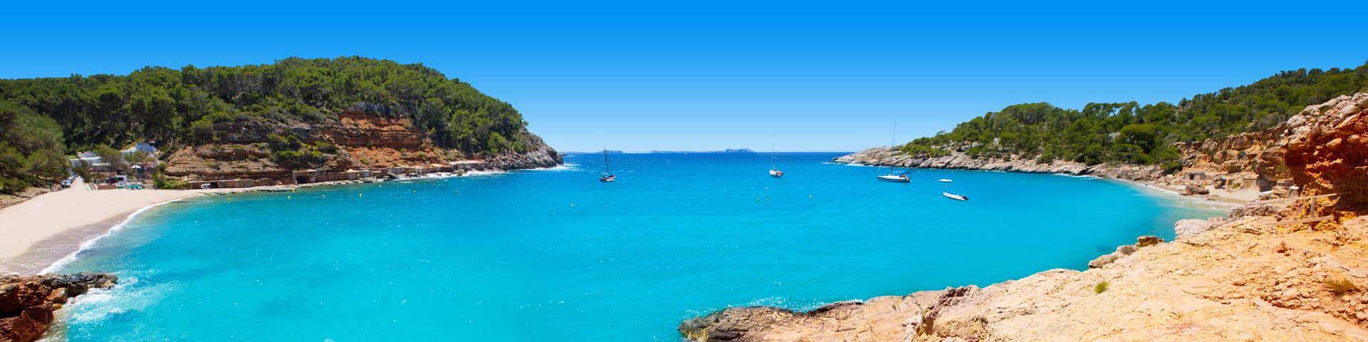 Azuurblauwe zee met uitzicht op groen landschap!