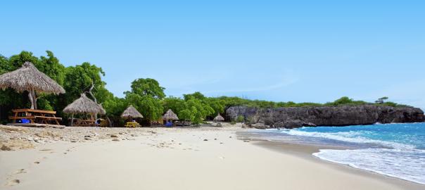 Strand en zee op een tropisch eiland