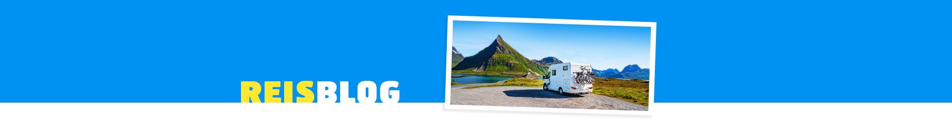 Camper, met daaromheen prachtig groen landschap en een blauw meer!